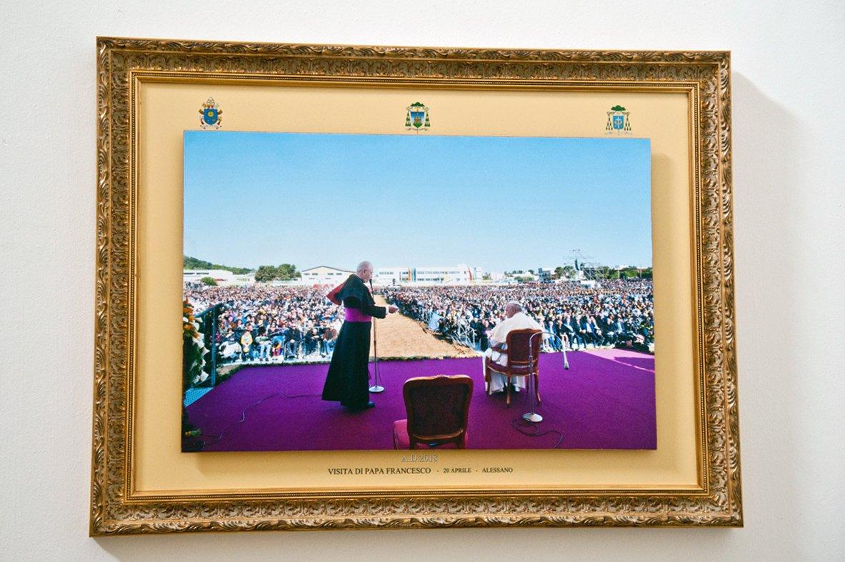 Quadri visita del papa esposti in Curia (1)